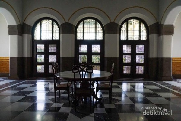 Jendela menyerupai pintu yang amat besar, membuat para pengunjung terlihat kecil saat didekatnya.