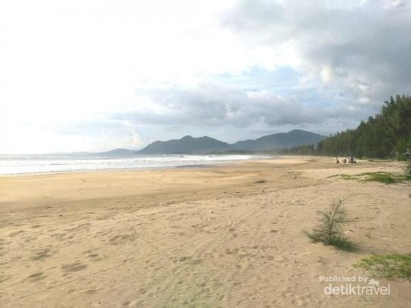Jarak dari pusat kota Banda Aceh menuju Pantai Lhoknga sekitar 16 kilometer ke arah barat. Pantai Lhoknga tepatnya berada di depan pabrik Semen Andalas.