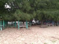 Disediakan jambo (tempat santai berkanopi) sambil menikmati air kelapa muda dan makanan ringan yang dijajakan warga lokal.