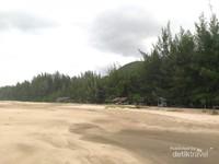Kawasan pinggiran pantai cukup luas apalagi ketika laut sedang surut, kerap digunakan anak-anak untuk bermain pasir dan para remaja yang bermain bola dan voli pantai.