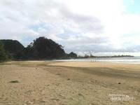 Pantai Lhoknga bersebelahan dengan pelabuhan pabrik semen. Kapal-kapal pengangkut material semen berwara-wiri melewati pantai ini. Dari jauh kita dapat melihat Jetty (pemecah ombak) di sekitar pelabuhan Semen Andalas.