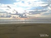 Petang hari, Pantai Lhoknga menjadi lokasi yang tepat dan indah untuk menyaksikan mentari tenggelam di ufuk barat.