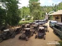 Pilihan dengan buggy atau jeep Land Rover.