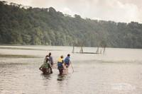Menikmati danau dengan perahu tradisional.
