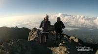 Mengabadikan momen saat di puncak gunung Agung bersama teman pendaki saya Elfriday