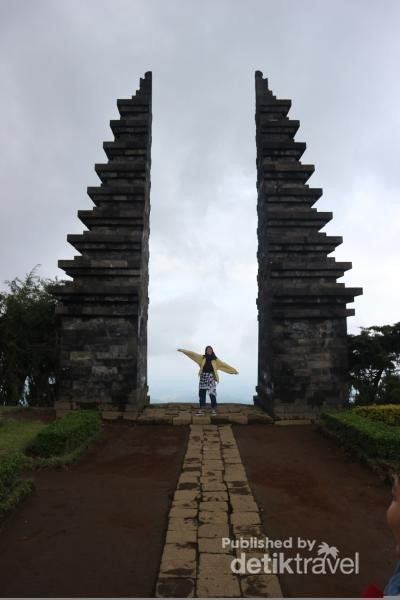 Bentuk Candi Cetho yang memiliki daya tarik tersendiri seperti pura - pura di Bali