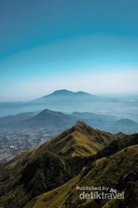 Puncak-puncak lain dilihat dari gunung Merbabu