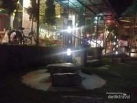 Menja kursi batu yang ada di taman PDKT Resto juga disediakan bagi pelanggan.