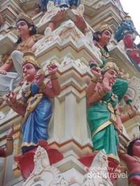 Semua bagian kuil yang terukir dan di cat rapi.
