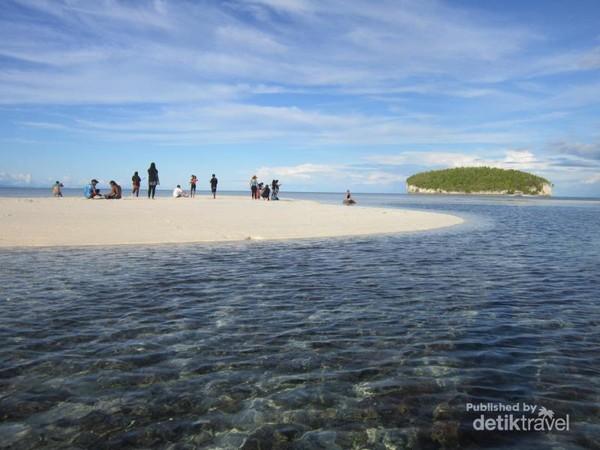 Perpduan pasir, laut, pulau, dan langit yang begitu apik