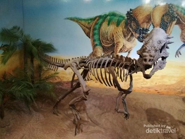 Replika dinosaurus di museum