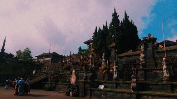 Pura Besakih mengandung unsur punden berundak yang merupakan gaya arsitektur buatan nenek moyang bangsa Indonesia.