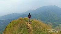 Pemandangan gugusan gunung dari puncak