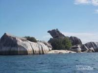 Keindahan Pulau Batu Garuda dari dekat.