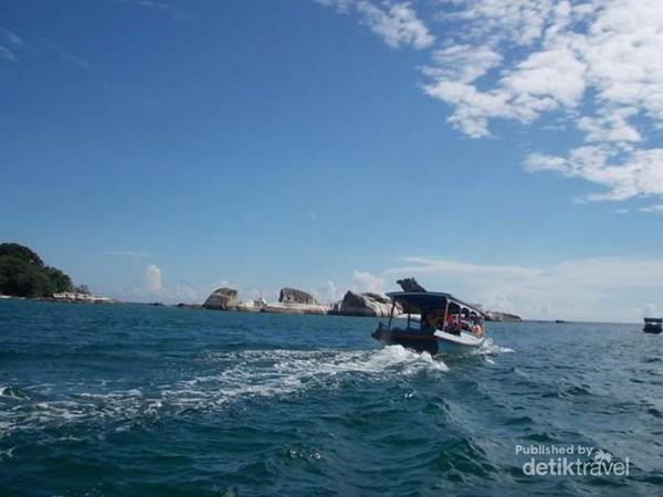 Pulau Batu Garuda dari kejauhan.