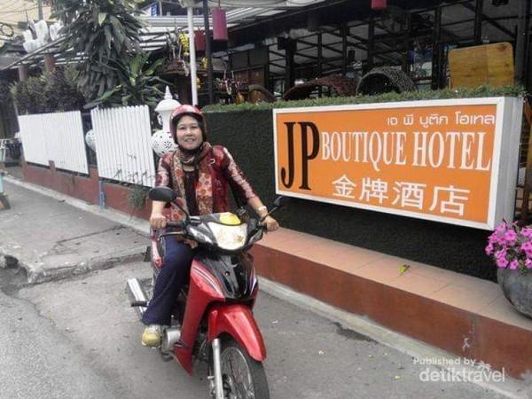 Berhenti di sisi jalan dan mengabadikan momen salah satu kawasan Chiang Mai.