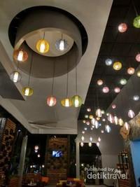 Lampu warna-warni menghiasi resto Bukit Daun Resort di malam hari