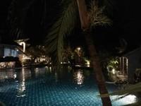 Kolam renang yang sepi di malam hari, namun tampak indah.