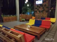 Warna-warni kursi tempat bersantai para tamu.