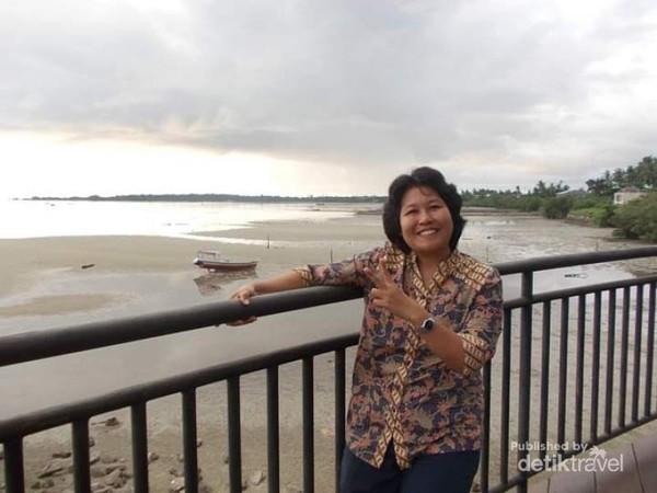 Berfoto dnegan latar belakang pantai dari Hotel Aston Belitung.