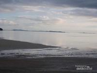 Laut tenang memberikan suasana damai.