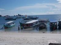 Perahu-perahu yang bersandar di tanjung Kelayang, siap mengantarkan pengunjung menikmati laut Belitung.