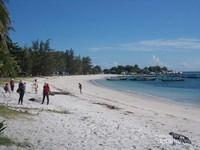 Garin pantai dengan pasir putih menambah pesona keindahan Tanjung Kelayang.