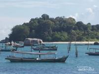 Pulau di seberang Tanjung Kelayang yang menggoda.