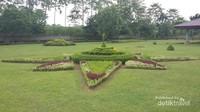 Indahnya taman di pelataran Candi Gentong.