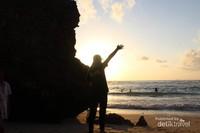 Pemandangan sunset dari balik bukit karang yang sangat indah