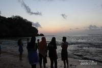 Deburan ombak halus yang menambah keindahan pantai