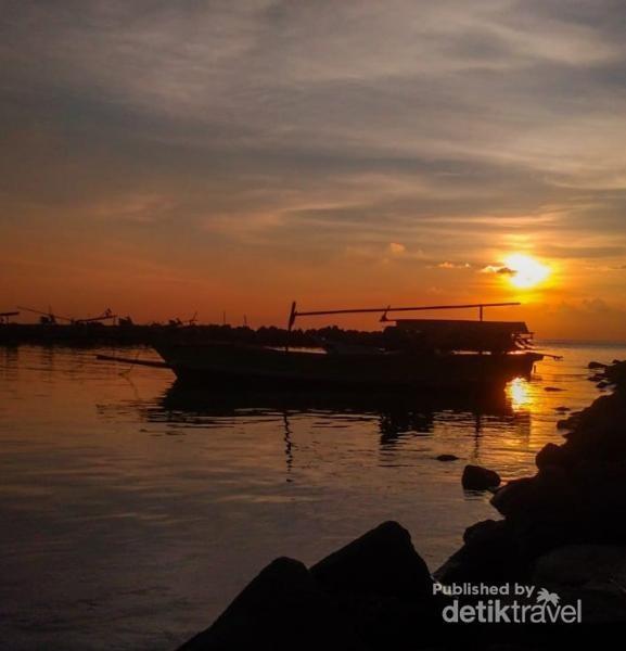 Suasana sunset di dermaga Bom, Kalianda, Lampung Selatan. Foto: Dokumentasi Pribadi.