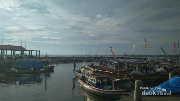 Kapal-kapal nelayan di dermaga bom.