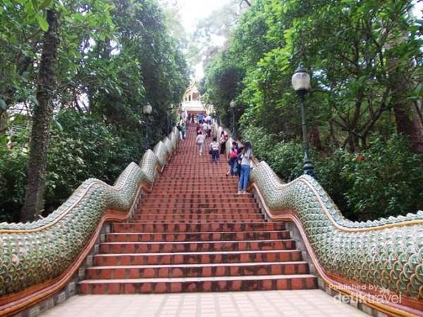 Menapaki tangga menuju Kuil Doi Suthep