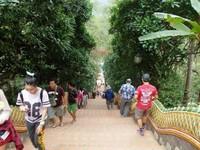 Menuruni tangga kuil Doi Suthep.