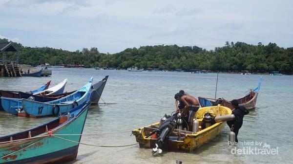 Beberapa pengunjung bersiap-siap untuk menyelam.