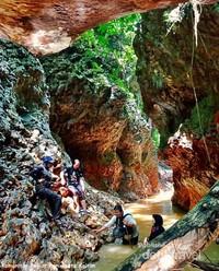 Tebing sungai hasil erosi membuat lukisan alam yang indah.