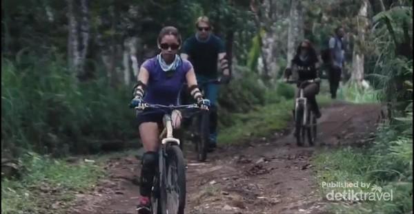 Bersepeda di alam bebas Munduk Wilderness