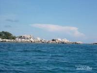 Birunya laut sekitar pulau lengkuas.