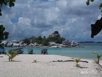 Pulau batu granit yang terletak di seberang pulau Lengkuas.