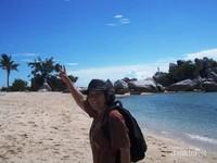 Rasanya ingin foto-foto sebanyak mungkin berlatar keindahaan pemandangan di sekitar pulau Lengkuas.