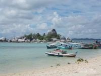 Indahnya langit, laut, pantai dan perahu yang bersandar di tepian pantai. Love Pulau Lengkuas.