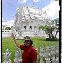 Berfoto dari sisi samping Wat Rong Khun.