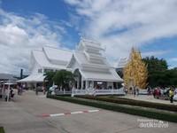 Hanya sedikit warna emas yang digunakan di kompleks kuil ini.