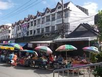 Tampak pertokoan dan para pedagang kaki lima sangat ramai di districk Mae Sai walaupun merupakan perbatasan.