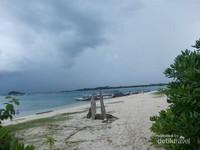 Indahnya garis pantai Pulau kepayang dengan hamparan pasir putihnya.
