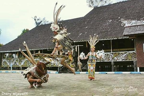 Budaya nan Eksotis dari Suku Dayak Kenyah yang mendiami Desa Adat Pampang.