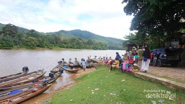 Pelancong bersiap-siap menuju tempat wisata melalui sungai.