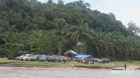 Deretan mobil para pengunjung yang akan menuju tempat wisata.