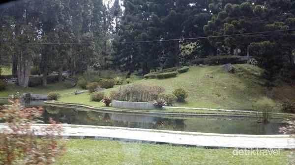 Kolam dan taman cantik di dalam Kebun Raya Cibodas